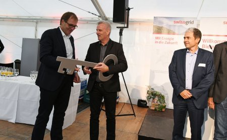 René Bosshard, ERNE AG, hands over the key to  Adrian Häsler, Swissgrid